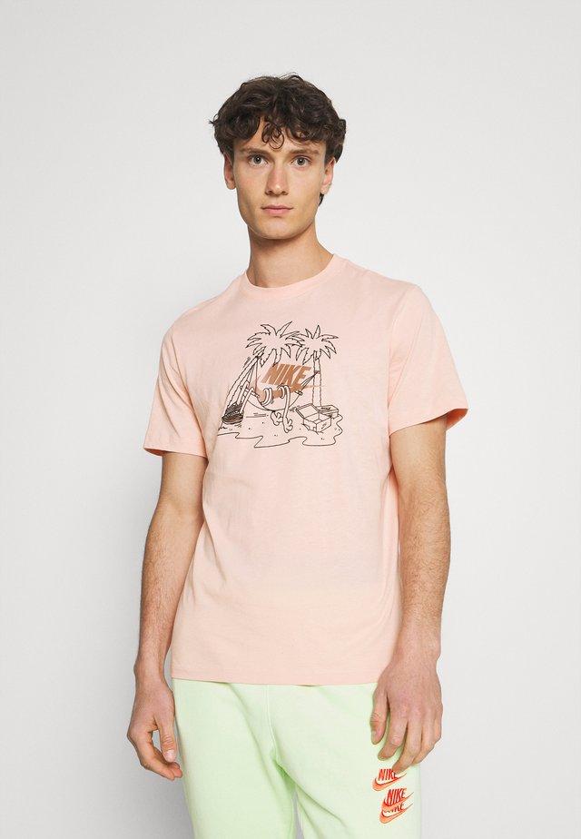 TEE FUTURA TREE - Print T-shirt - arctic orange