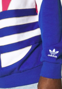 adidas Originals - OUT HOOD - Sweat à capuche - powpnk/white/royblu - 5
