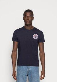 Alpha Industries - T-shirt med print - blue - 0