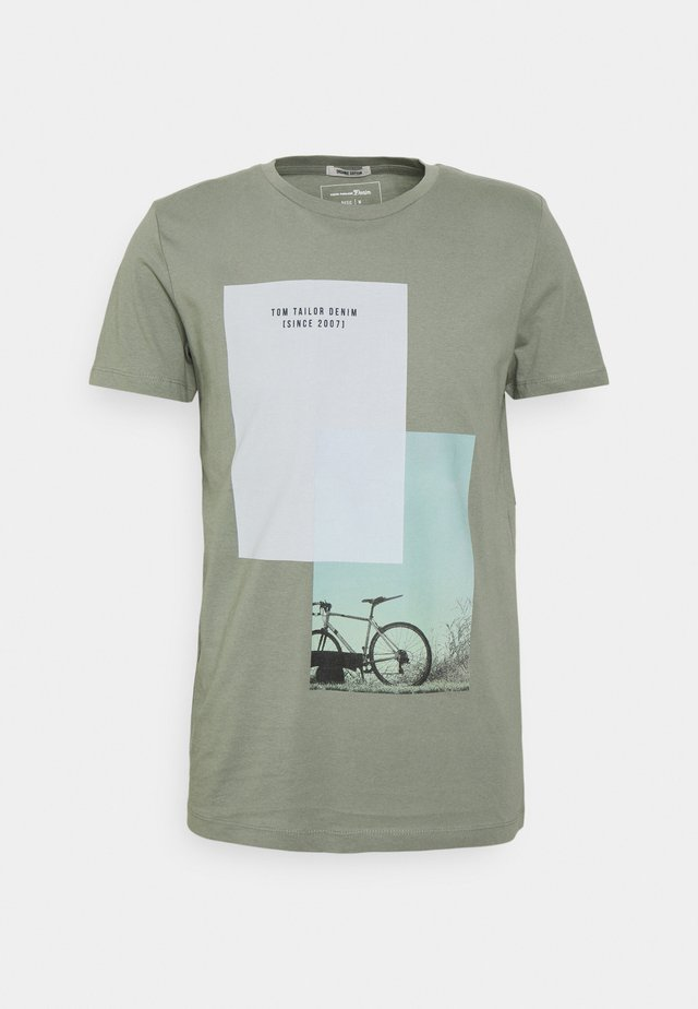 T-shirt con stampa - greyish shadow olive