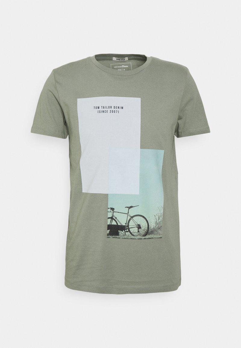 TOM TAILOR DENIM - Print T-shirt - greyish shadow olive