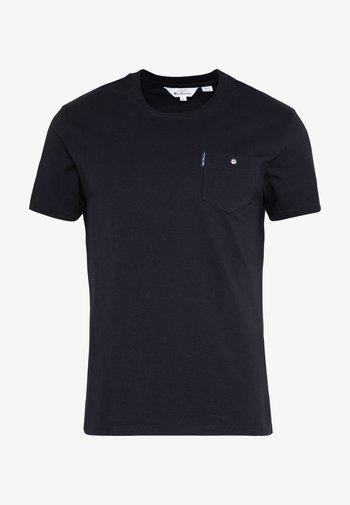 SIGNATURE POCKET TEE - Basic T-shirt - black