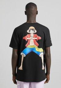 Bershka - ONE PIECE REGULAR FIT - T-shirt imprimé - black - 2