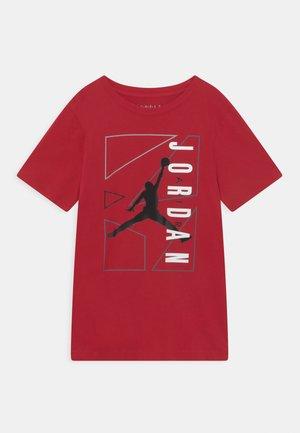 AIR GRAPHIC - Print T-shirt - gym red