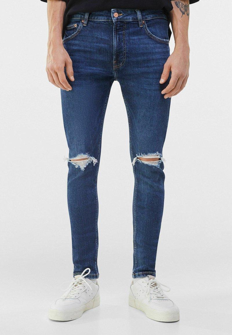 Bershka - MIT RISSEN  - Jeans Skinny Fit - blue