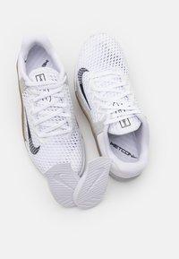Nike Performance - METCON 6 UNISEX - Zapatillas de entrenamiento - white/black/dark brown/grey fog/white - 5