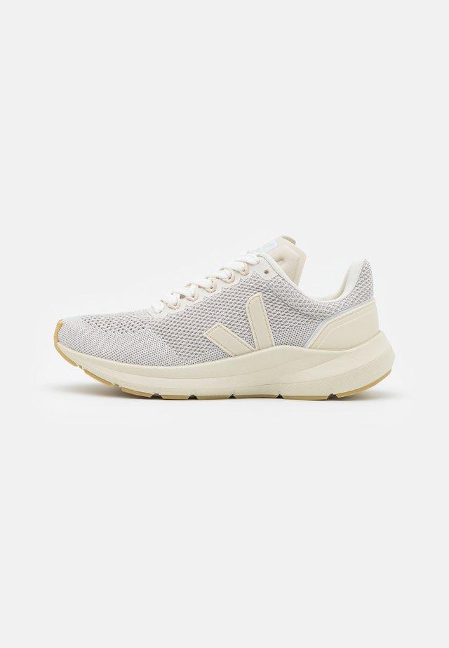 MARLIN - Chaussures de running neutres - chalk/pierre/natural