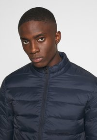 Jack & Jones - JJEMAGIC PUFFER COLLAR  - Light jacket - navy blazer
