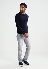 Farah - THE ROSECROFT CREW NECK  - Stickad tröja - true navy - 1