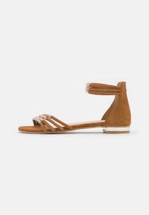 INKA - Sandaalit nilkkaremmillä - camel/or