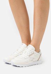 Reebok Classic - Sneakersy niskie - chalk/gold brown/footwear white - 0