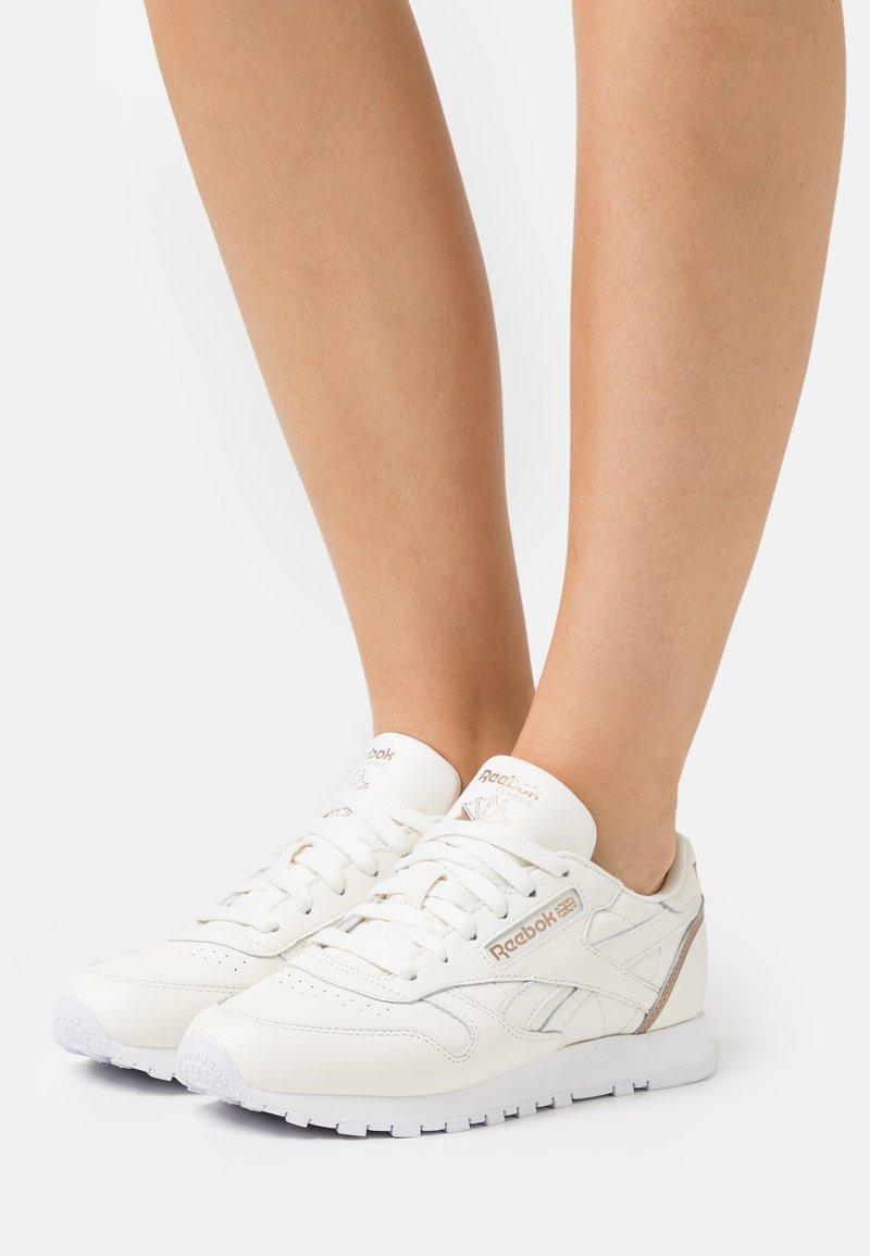 Reebok Classic - Sneakersy niskie - chalk/gold brown/footwear white