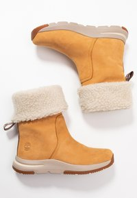 Timberland - MABEL TOWN WP PULL ON - Śniegowce - wheat - 3