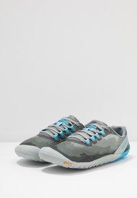 Merrell - VAPOR GLOVE 4 - Minimalist running shoes - monument - 2