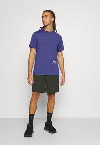 Nike Performance - TEE TRAIL - Camiseta estampada - dark purple dust - 1