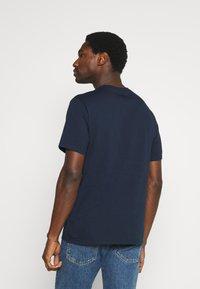 DOCKERS - PACIFIC CREW TEE - T-shirt - bas - pembroke - 2