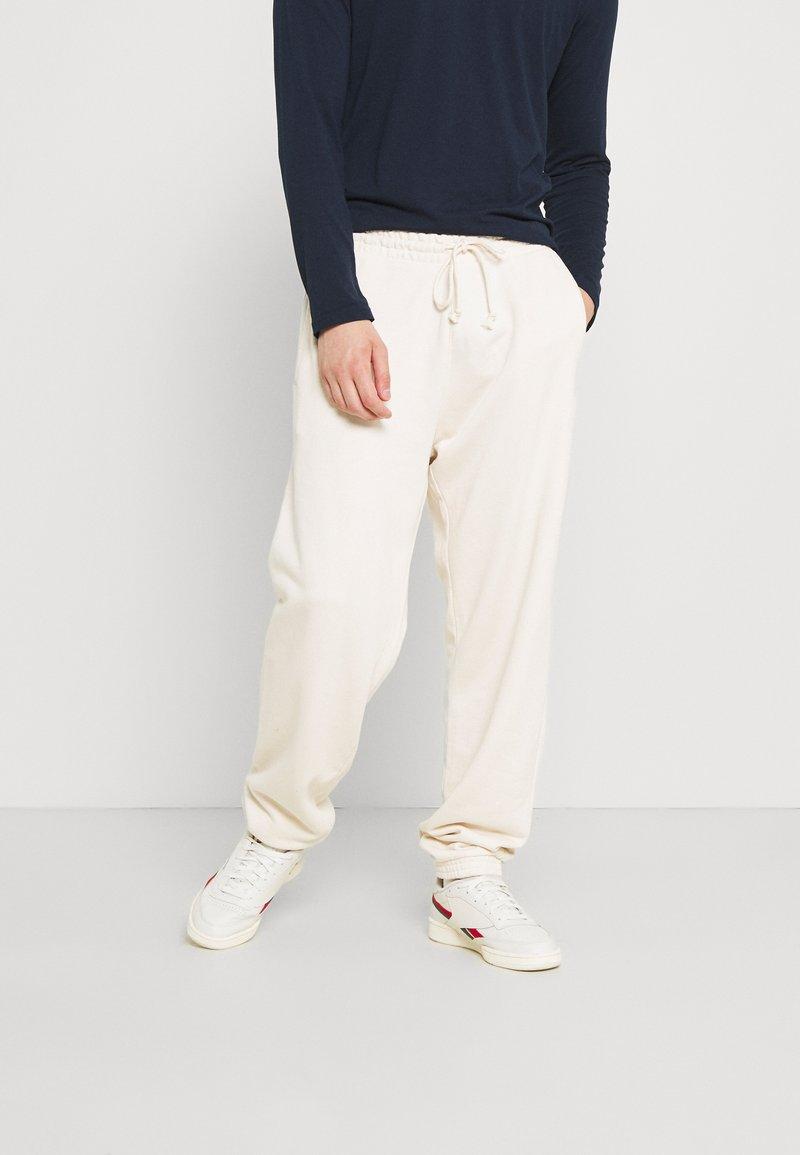 Reebok Classic - CLASSIC NATURAL DYE SEASONAL - Pantaloni sportivi - offwhite