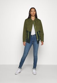 Scotch & Soda - TWO TONE FIELD JACKET  - Lehká bunda - green - 1
