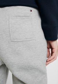 Tommy Hilfiger - HERITAGE PANTS - Teplákové kalhoty - light grey - 3