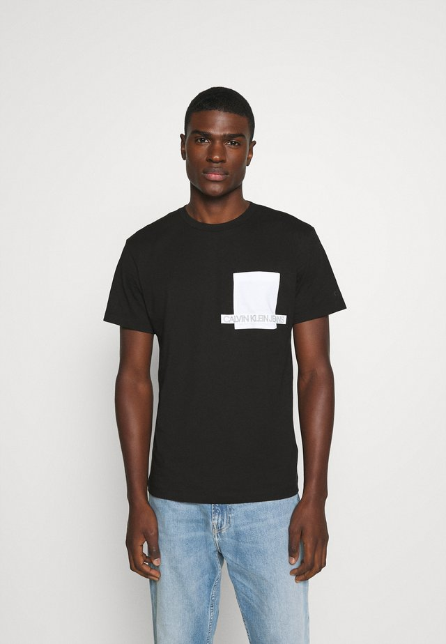 INSTIT CONTRAST POCKET TEE - T-shirt z nadrukiem - black