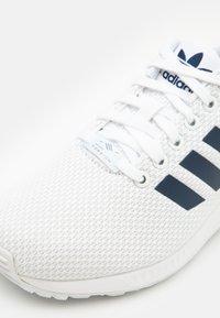 adidas Originals - ZX FLUX UNISEX - Trainers - footwear white/dark blue - 5