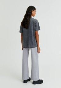 PULL&BEAR - MINNIE UND MICKEY MOUSE - T-shirt con stampa - mottled dark grey - 2