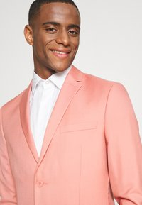 Isaac Dewhirst - THE FASHION SUIT NOTCH - Suit - coral - 6