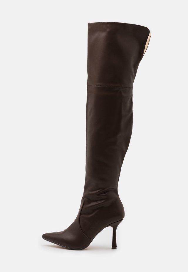 FALLON - Kozačky na vysokém podpatku - chocolate