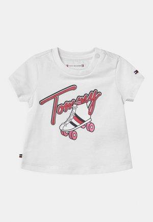 BABY ROLLERSKATING  - T-shirt z nadrukiem - white