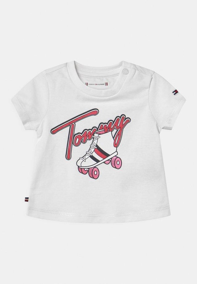 BABY ROLLERSKATING  - Print T-shirt - white