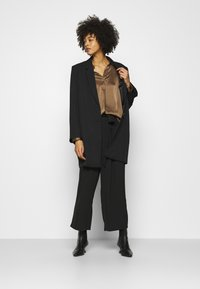Anna Field - Wide cropped leg trousers with belt - Kalhoty - black - 1