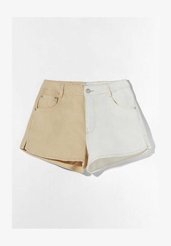 MIT KONTRASTEN - Denim shorts - beige
