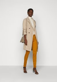 Vero Moda Tall - VMHOT SEVEN MR SLIM PUSH UP PANT - Trousers - buckthorn brown - 1