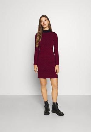 BOLD DRESS - Pletené šaty - dark ruby