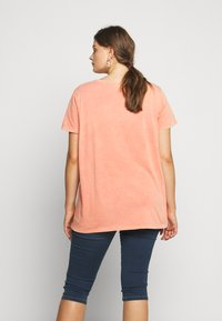 ONLY Carmakoma - CARMINE BOXY TEE - Print T-shirt - hot sauce - 2