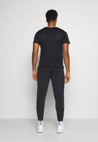 Nike Performance - ESSENTIAL PANT - Pantalones deportivos - black/reflective silver - 2