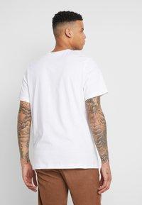 Jordan - M J CTN SS JUMP CREW - Print T-shirt - white - 2