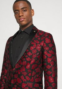 Twisted Tailor - FOSSA SUIT SET - Puku - black red - 5