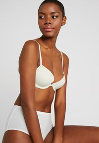 Calvin Klein Underwear - FLIRTY PLUNGE - Push-up bra - ivory - 3