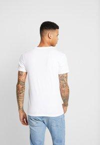 Levi's® - CREWNECK GRAPHIC 2 PACK - T-shirts print - white/dress blues - 3