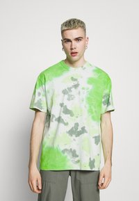 Nike Sportswear - TEE  - T-shirt med print - mean green/barely green - 0