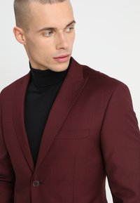Isaac Dewhirst - FASHION SUIT - Traje - bordeaux - 10
