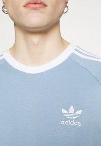 adidas Originals - STRIPES TEE - T-shirt z nadrukiem - ambient sky - 5