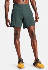 Under Armour - QUALIFIER SHORTS MIT SPEEDPOCKET - Pantalón corto de deporte - lichen blue - 0