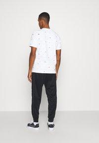 Nike Sportswear - Triko spotiskem - white - 2