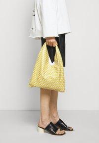 MM6 Maison Margiela - BORSA MANO - Bolso shopping - yellow - 0