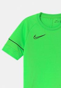 Nike Performance - ACADEMY - T-shirt imprimé - green strike/black - 2
