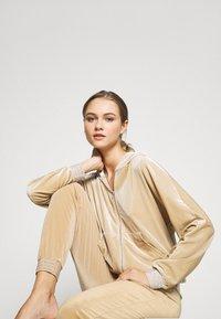 ONLY - ONLBECCA LOUNGEWEAR - Pyjama set - macadamia - 3