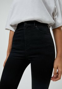 PULL&BEAR - MIT HOHEM BUND - Jeans Skinny Fit - mottled black - 3