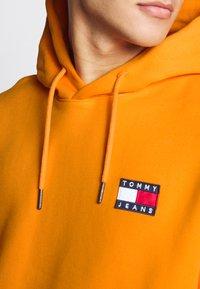 Tommy Jeans - BADGE HOODIE UNISEX - Hoodie - paradise orange - 4